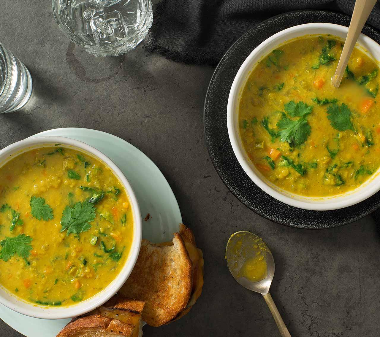Soupe d'épinards et lentilles au cari